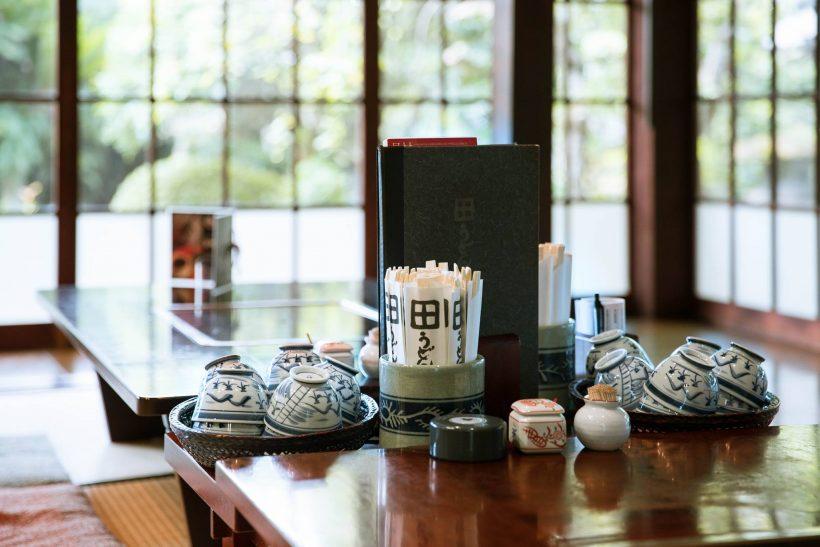 お茶はセルフサービス。手入れが行き届いているお庭を眺めながら、おうどんを待ちましょう。